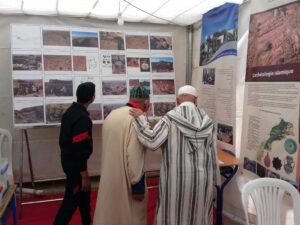 Visite du stand de la mission archéologique, Festival de Magennoune, avril 2019